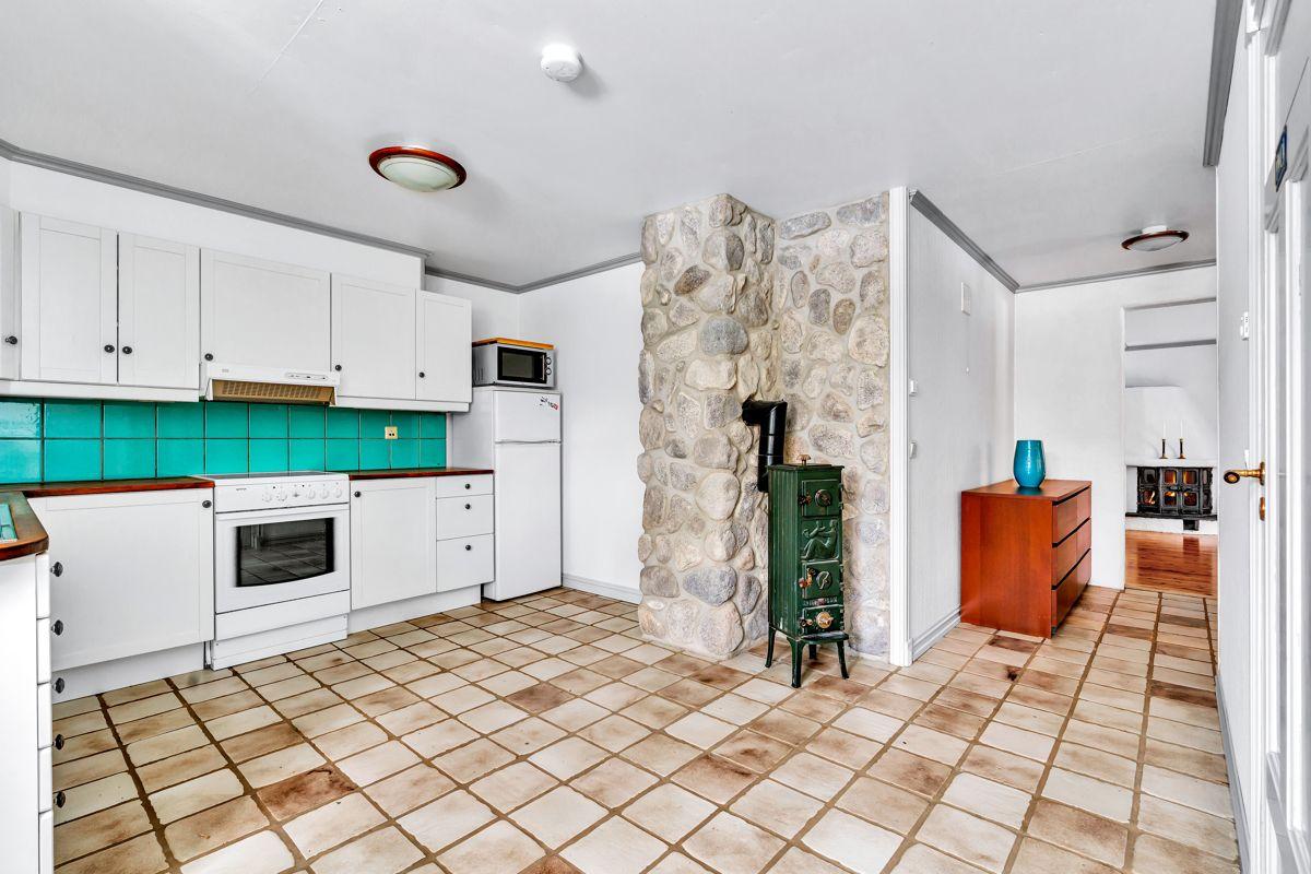 Krokfaret 13 Kjøkkenet er utstyrt med komfyr, keramisk topp, oppvaskmaskin og kjøleskap med fryser.