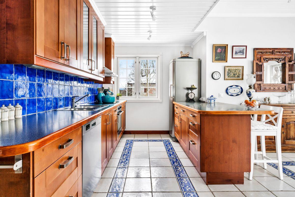 Krokfaret 13 Kjøkkenet har store benkeoverflater som gjør matlagningen til familien enklere og godt med skapplass til oppbevaring.
