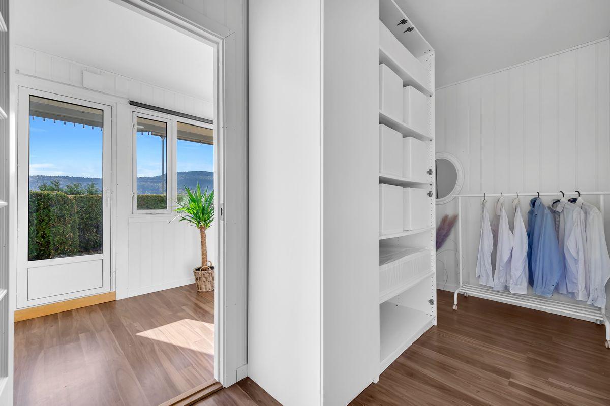Myrehagen 23 For at man skal ha et ryddig soverom er garderobeløsning viktig.