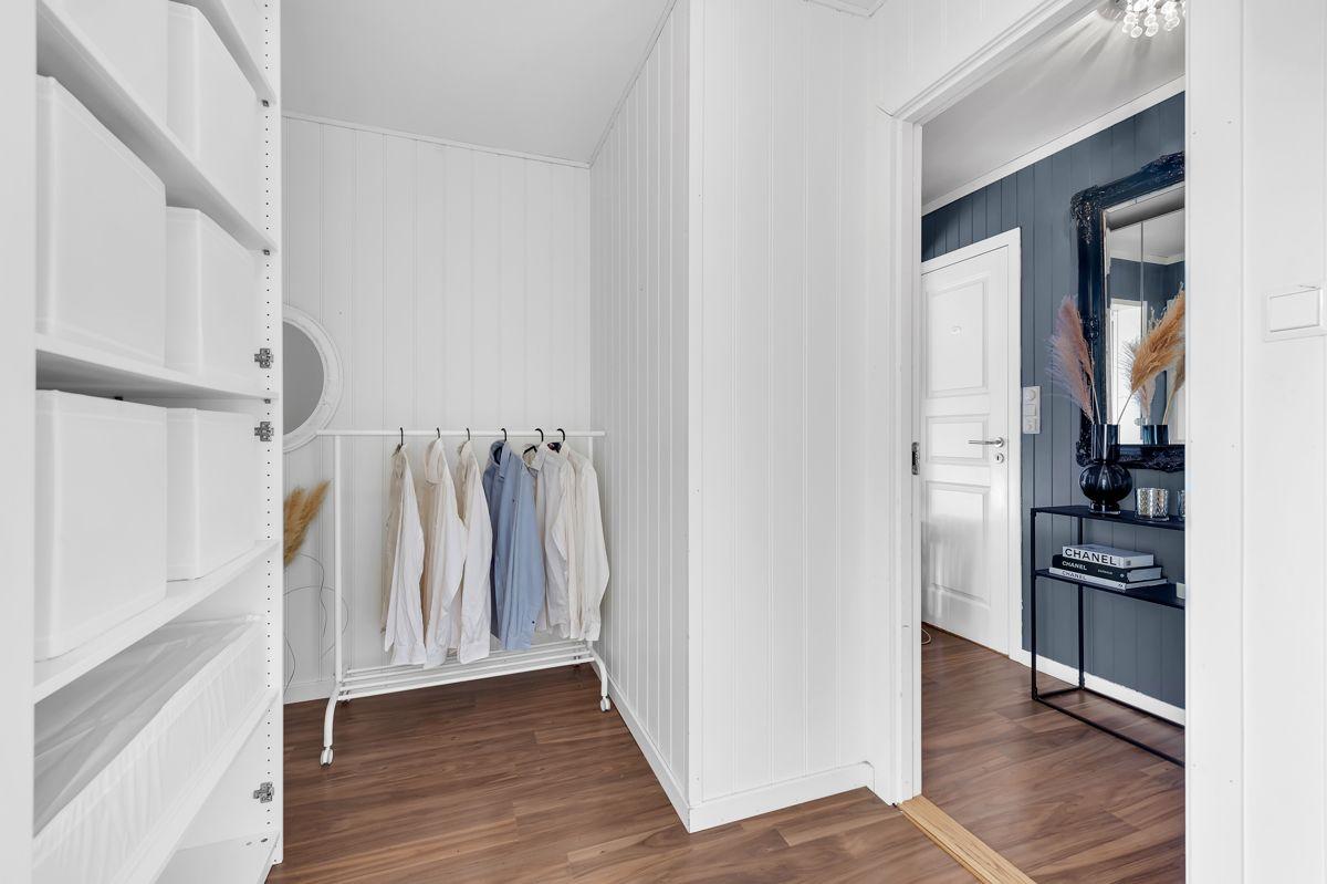 Myrehagen 23 Soverom to er tilknyttet boligens egne omkledningsrom som sørger for gode oppbevaringsmuligheter.