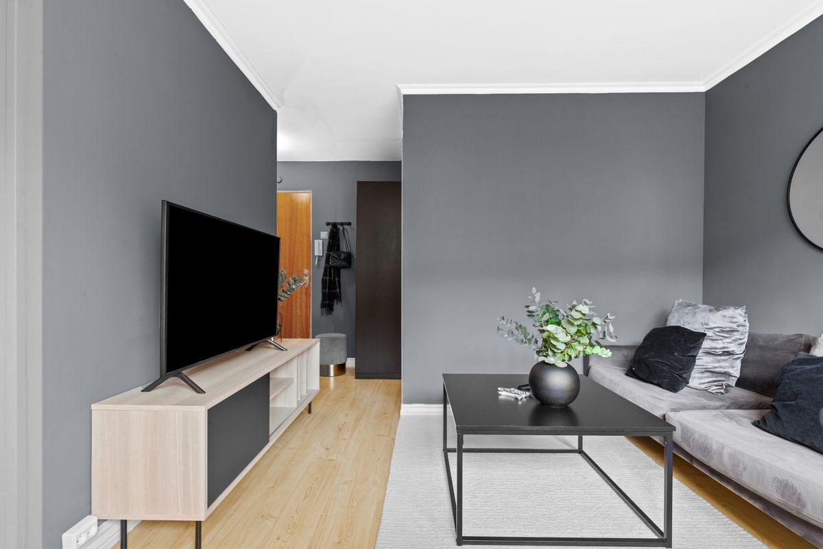 Thunes vei 4 B Du har en naturlig plass til både sofagruppe, spisebord og TV med tilhørende møblement.