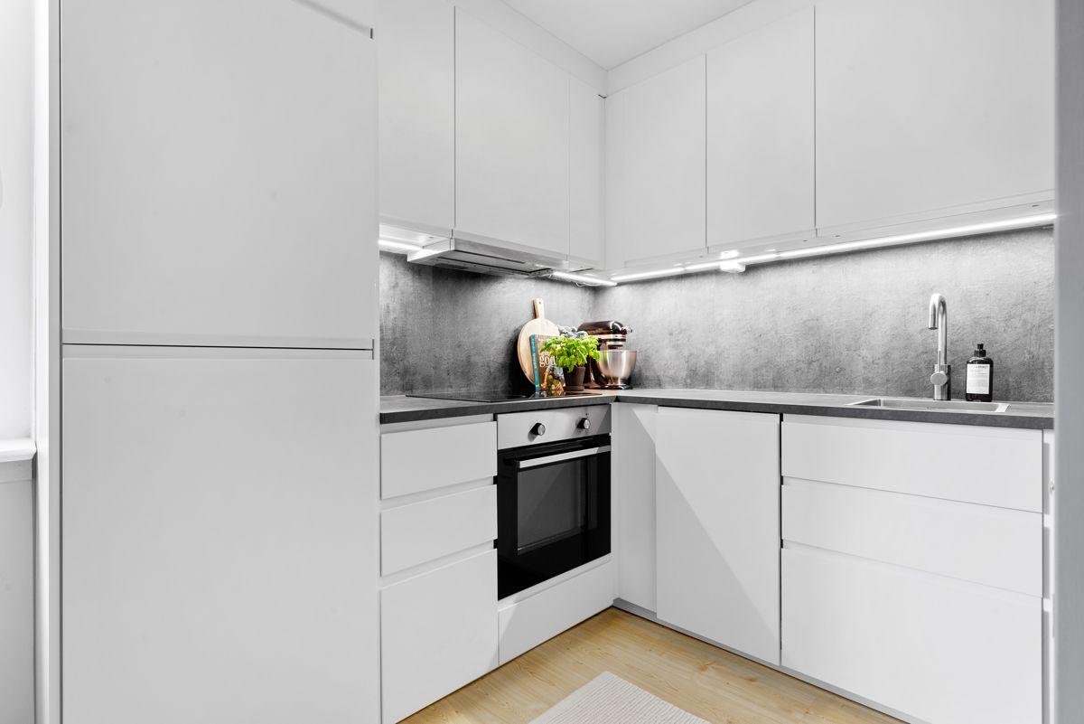 Thunes vei 4 B Moderne og stilrent kjøkken fra 2018 som har innredning med lyse og glatte fronter, samt laminat benkeplate.