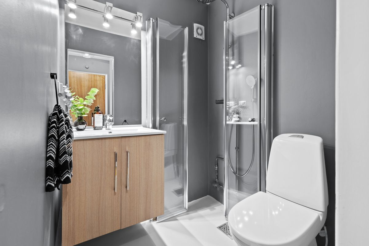 Thunes vei 4 B Delikat baderom som ble oppgradert i 2017 med nytt sanitærutstyr, mikrosement på gulv og vegger, samt ble veggene malt i 2018.