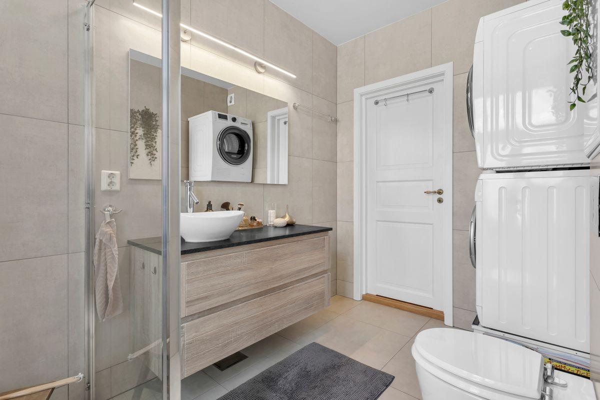 Østerdalsgata 6B Ellers inneholder badet wc, servantskap, porselensservant, samt opplegg for vaskemaskin og tørketrommel.