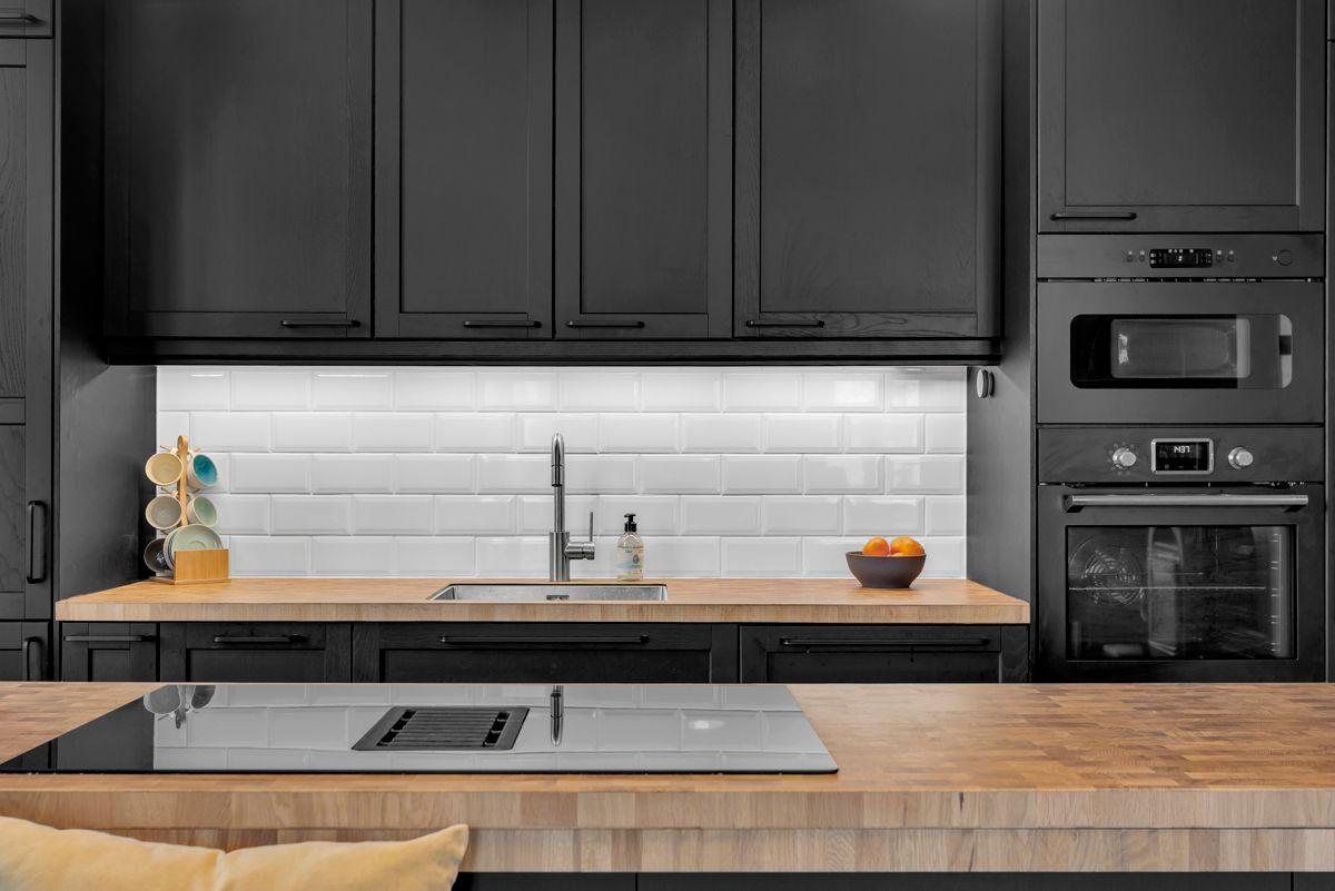 Østerdalsgata 6B Moderne og lekkert kjøkken fra 2019 som har innredning med mørke fronter, samt benkeplate i laminat.