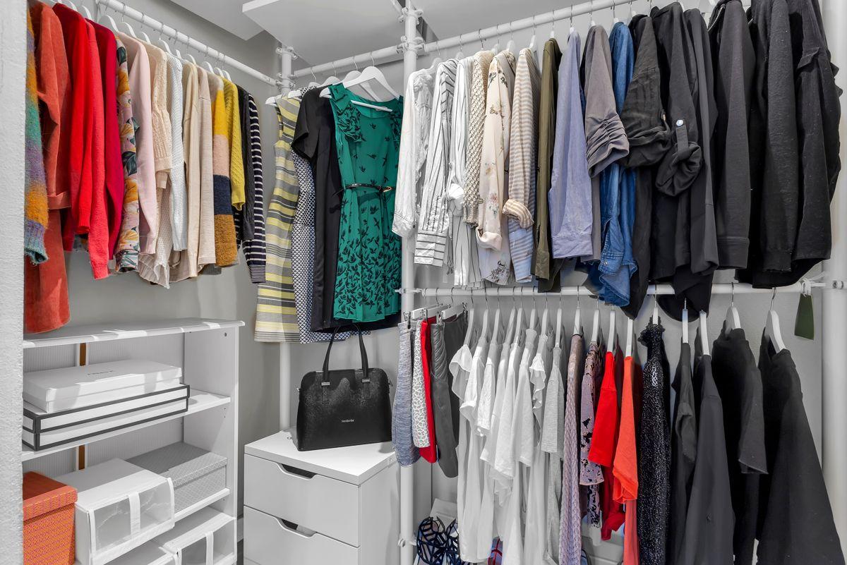 Østerdalsgata 6B For at man skal ha et ryddig soverom er garderobeløsning viktig.