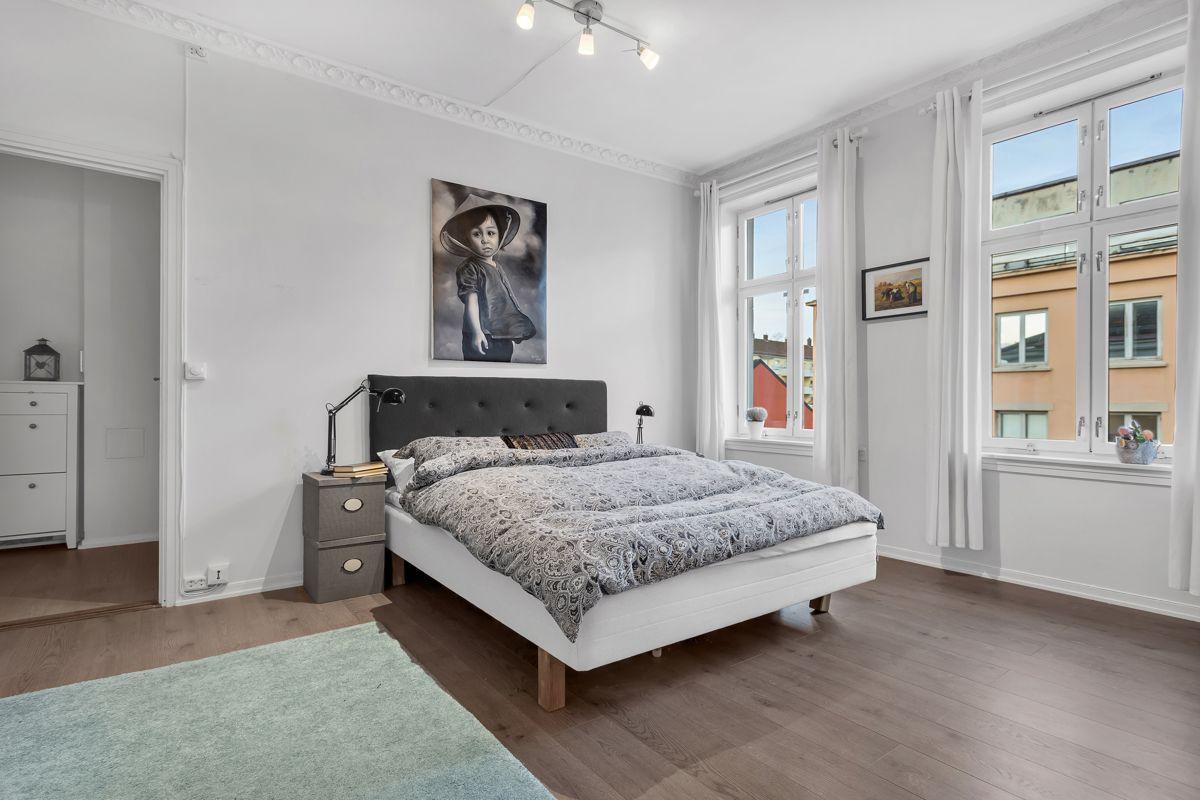Østerdalsgata 6B Soverommet er av god størrelse og har malte flater i lyse farger fra senere tid. I 2014 ble det lagt nytt laminatgulv.