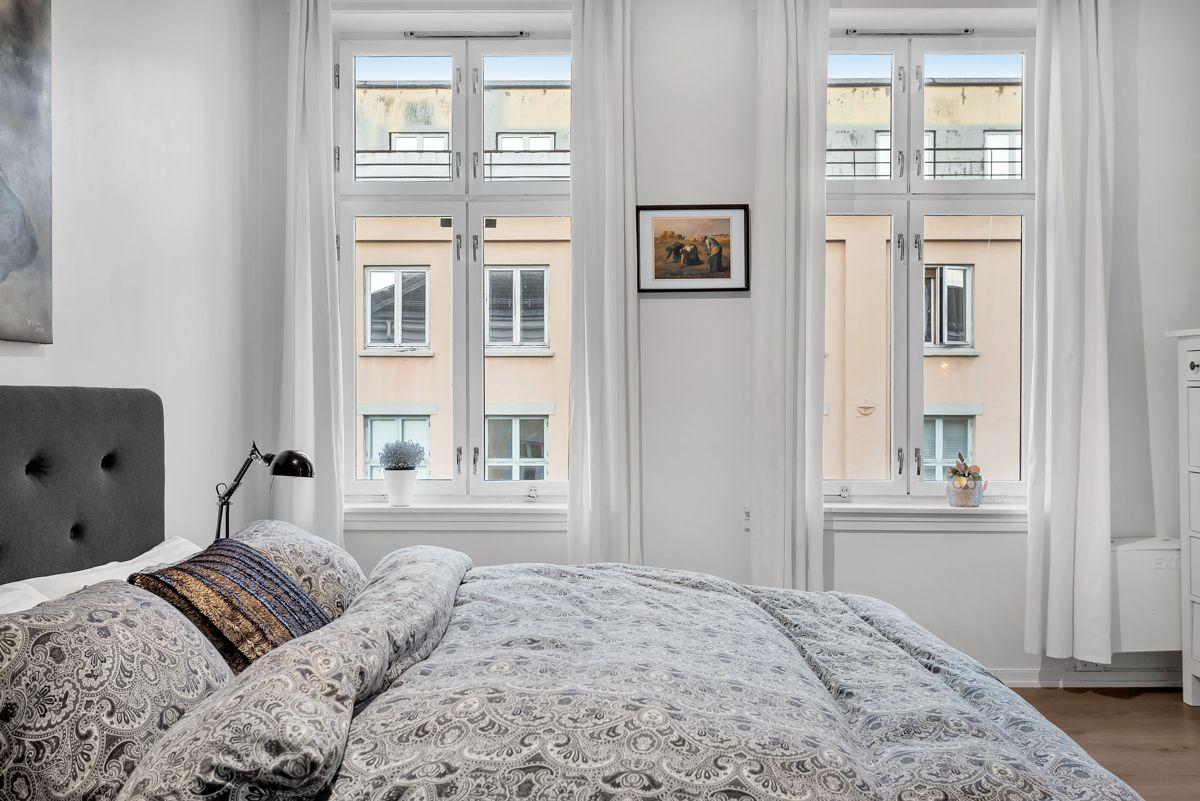 Østerdalsgata 6B Det er store vinduer med brede karmer som slipper inn rikelig med naturlig lys.