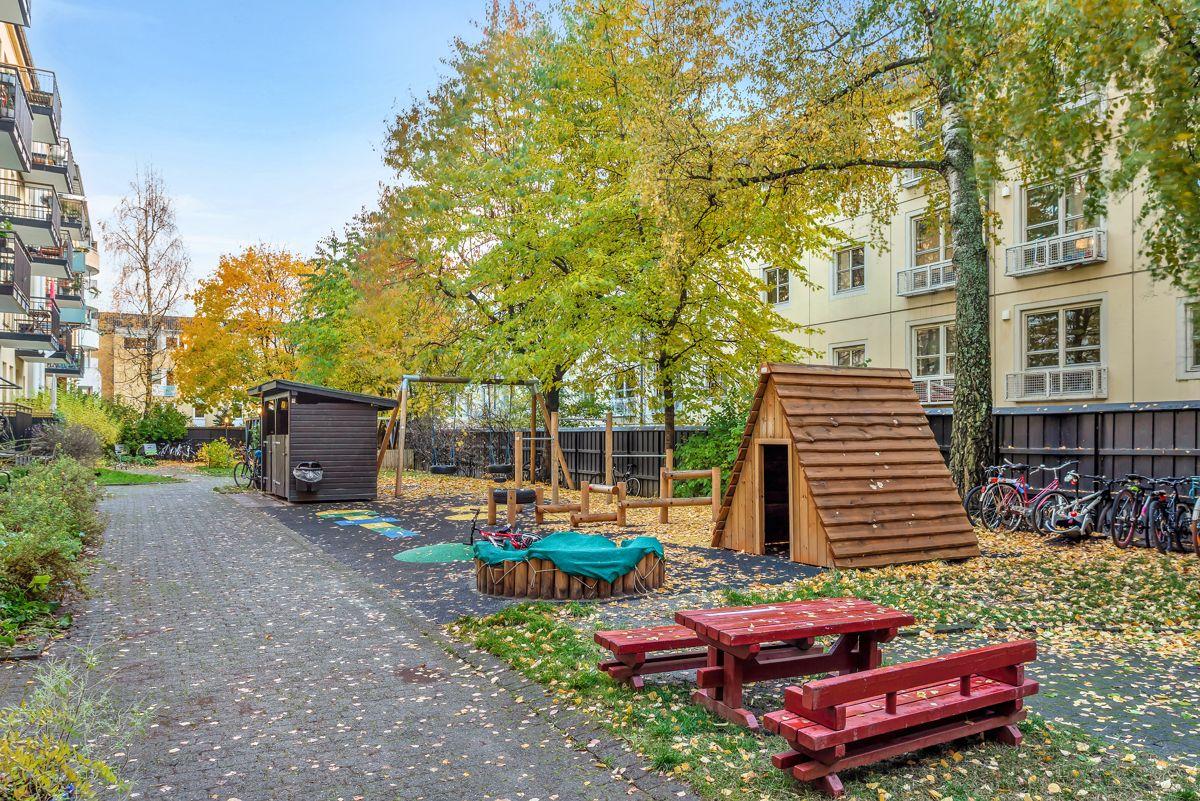 Østerdalsgata 6B Sameiet har en super og oppgradert bakgård med pen beplantning og lekeapparater for de minste.