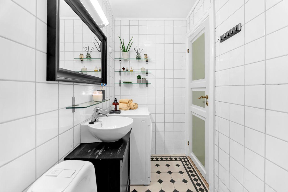 Urtegata 45 Baderommet inneholder dusjhjørne med hånddusj, toalett og servant med skapinnredning (fra 2009).