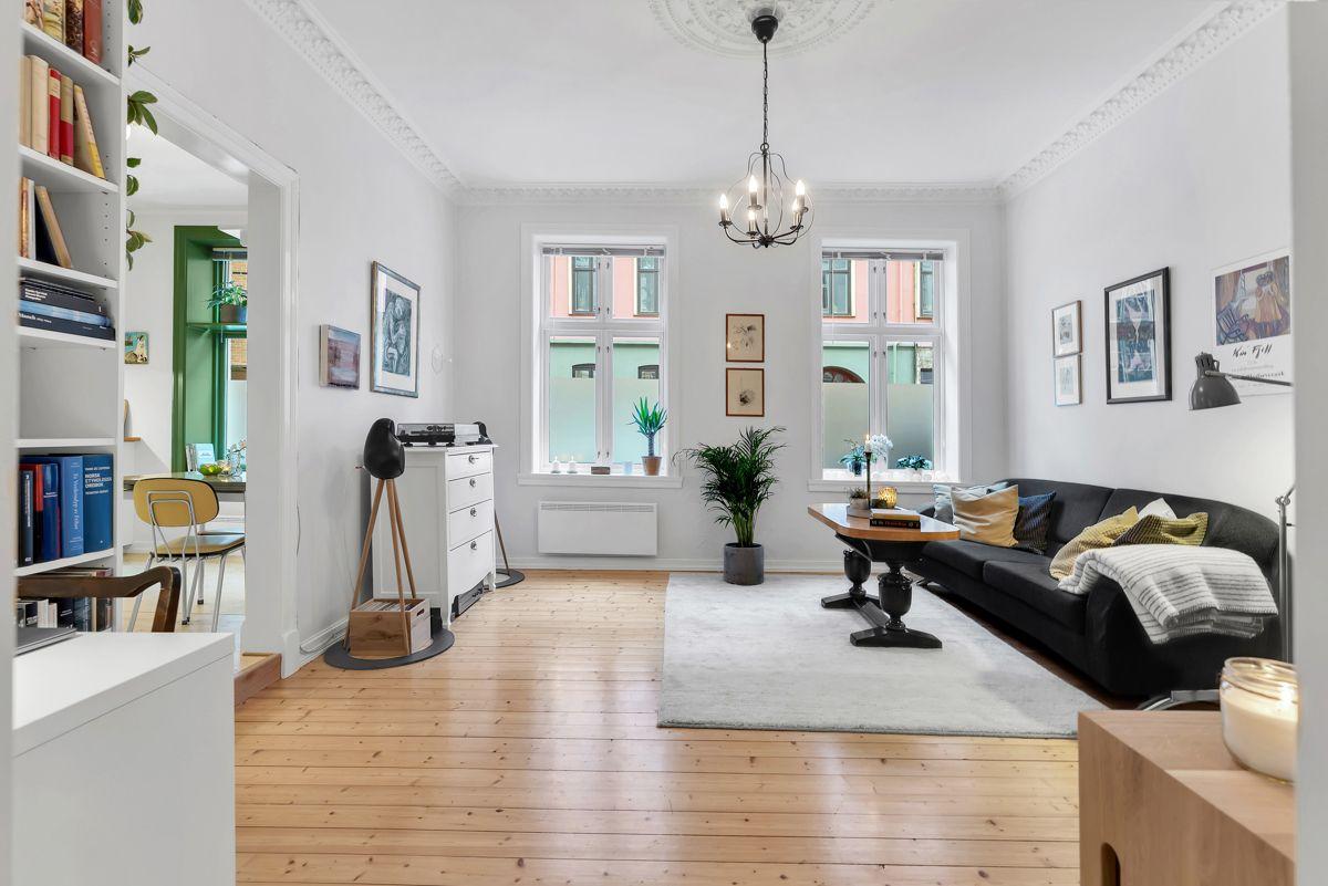 Urtegata 45 Velkommen til en attraktiv og lys 2-roms med en gjennomgående løsning i klassisk bygård.