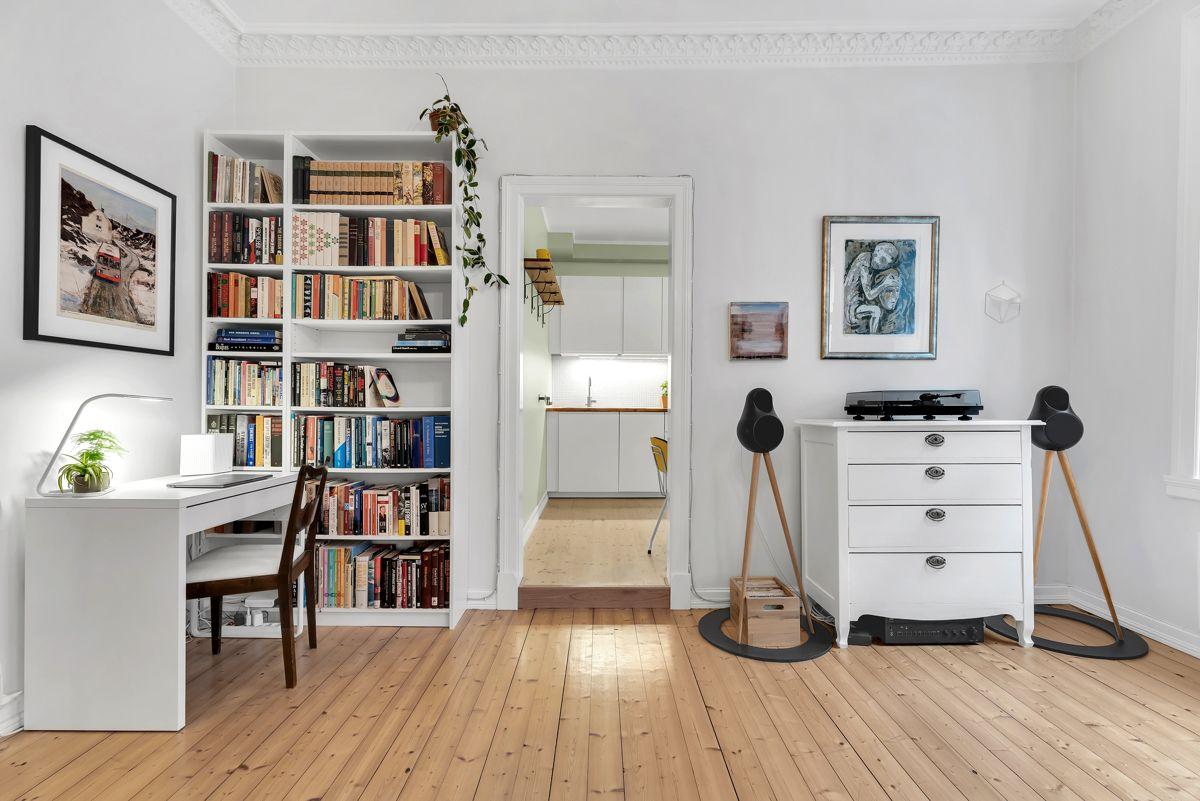Urtegata 45 Det er god plass til et eget hjemmekontorhjørne for å få unnagjort litt jobb eller skolearbeid.