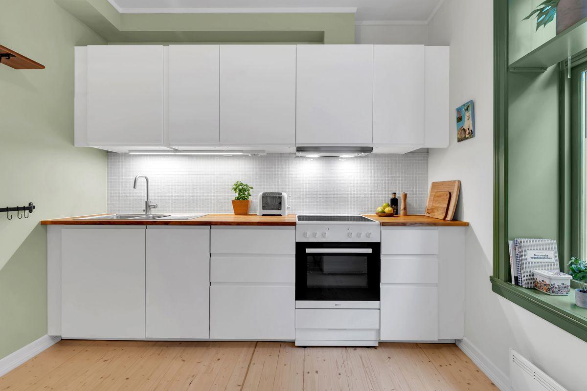 Urtegata 45 Videre finner du hvitevarer som ventilator, komfyr med platetopp, oppvaskmaskin og kjøl- fryseskap.