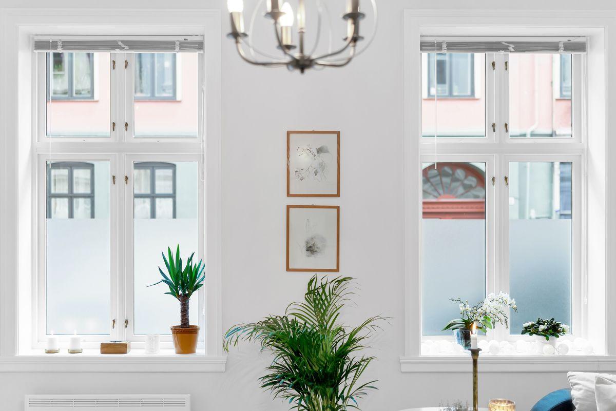 Urtegata 45 Det er store vindusflater som slipper inn rikelig med lys i boligen.