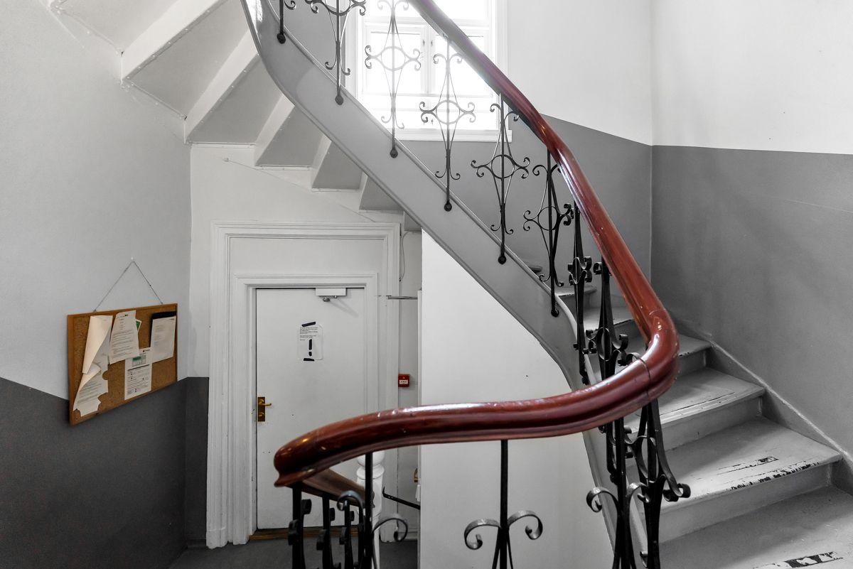 Urtegata 45 Det er adkomst til boligen via det sjarmerende trappeløpet.