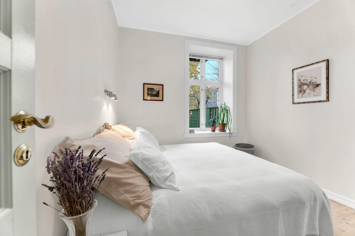 Urtegata 45 Soverommet er av god størrelse og har malte flater i smakfulle farger. Gulvet er belagt med sjarmerende tregulv.