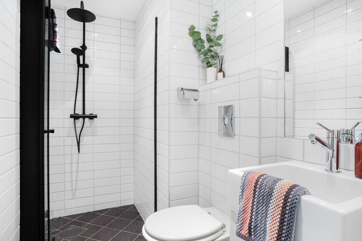 Schweigaards gate 99B Videre har badet toalett, speil, porselensservant og underliggende gulvmontert servantskap (fra 2017).