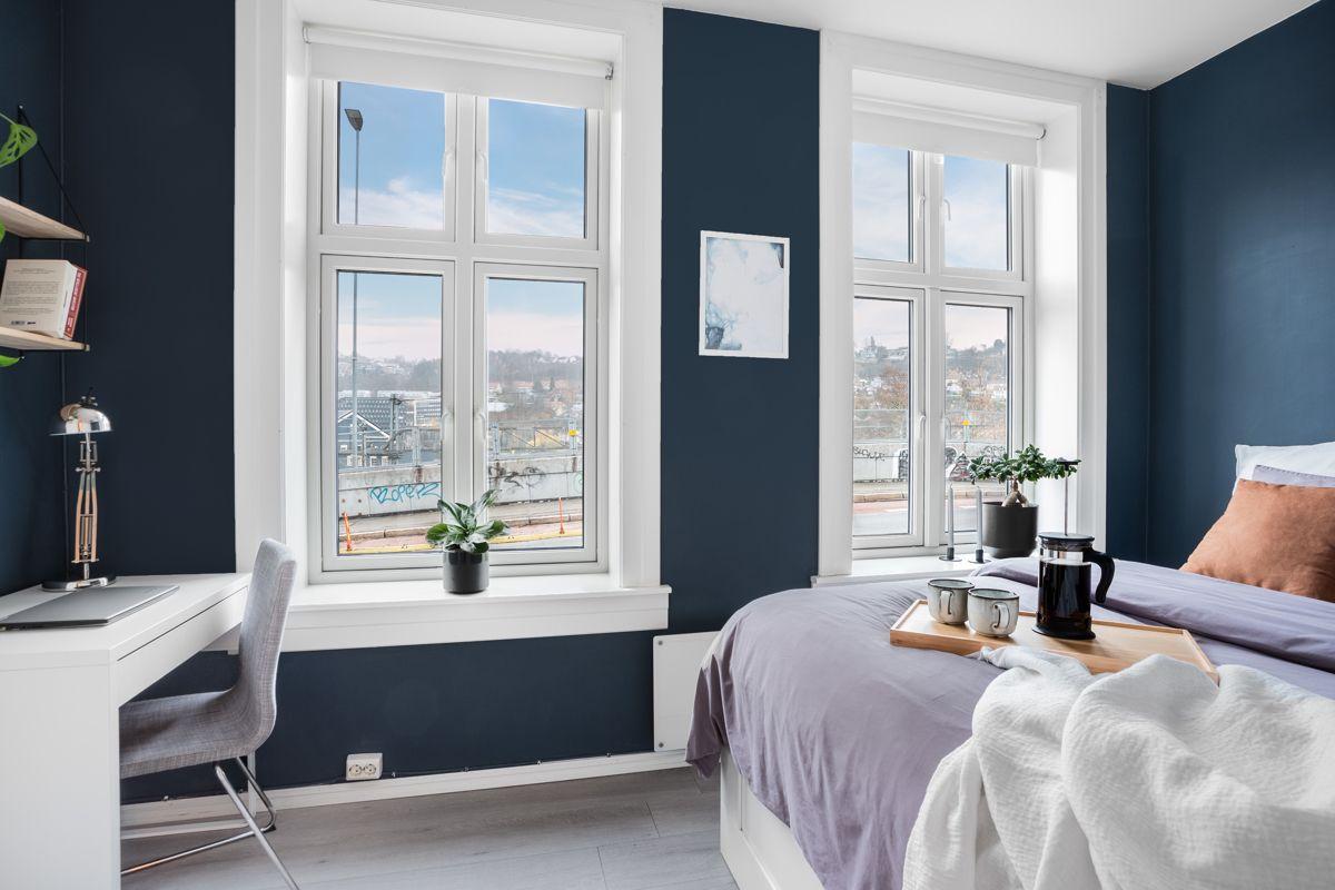 Schweigaards gate 99B De store vinduene med brede karmer slipper inn naturlig med lys i rommet.