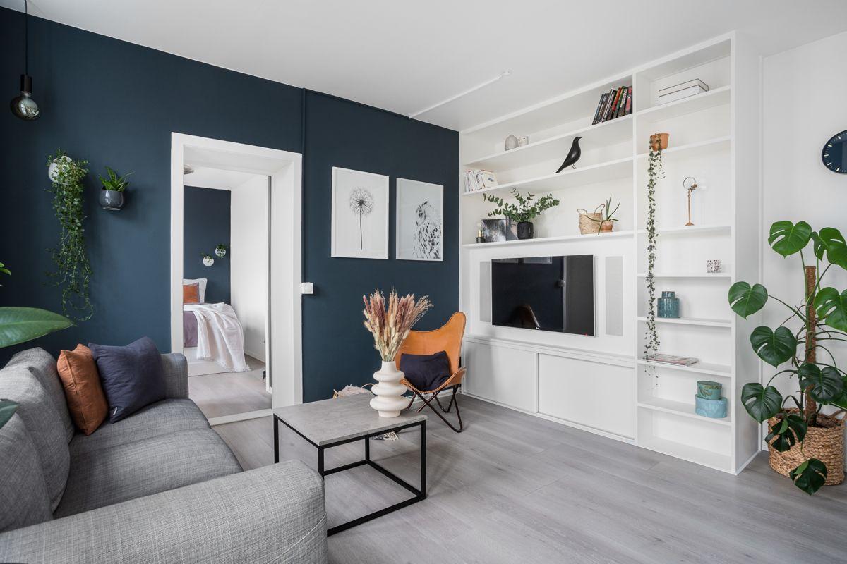 Schweigaards gate 99B I stuen finner du en integrert hylleløsning i stuen som er et perfekt sted for dekor og oppbevaring.