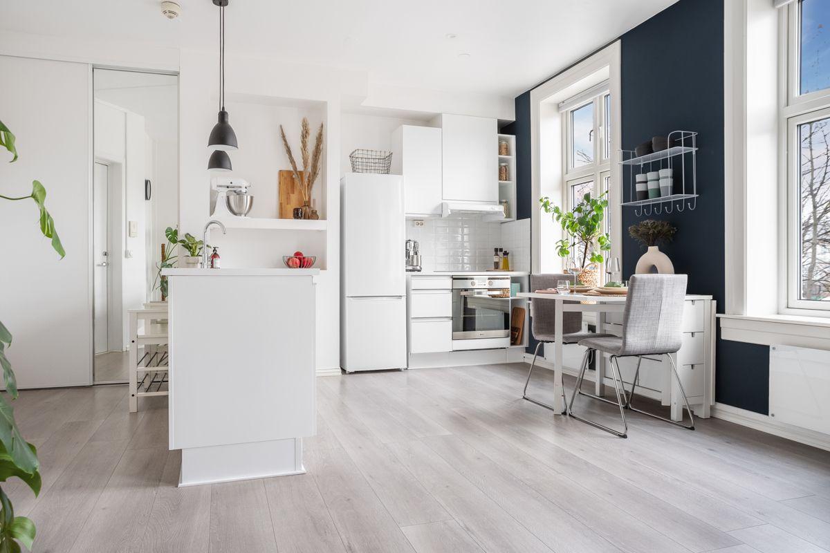 Schweigaards gate 99B Kjøkkenet har innredning med hvite og glatte fronter, samt benkeplate i laminat.