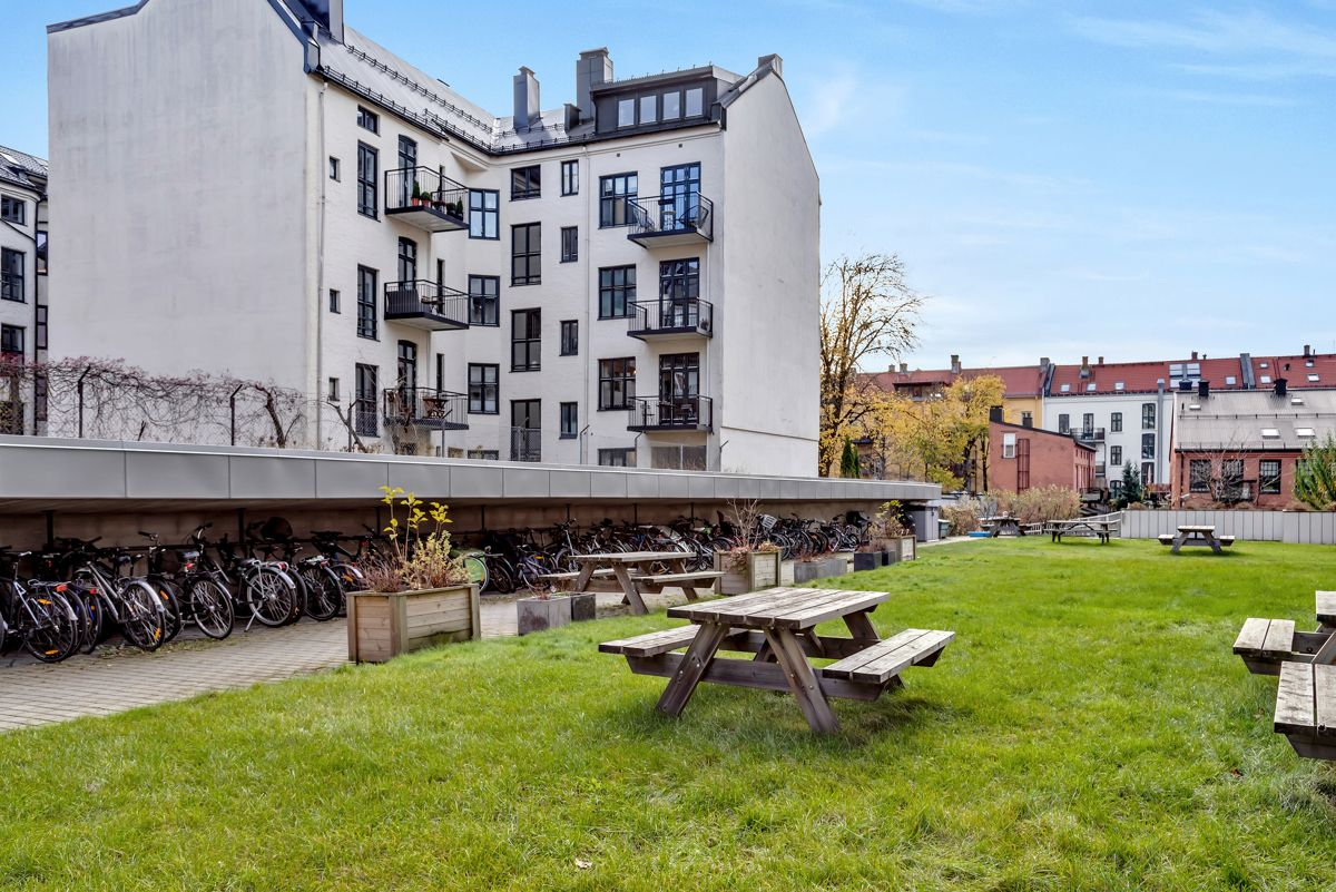 Sverres gate 5 Borettslaget har en flott og skjermet bakgård med felles sykkelparkering og hyggelige sittegrupper.
