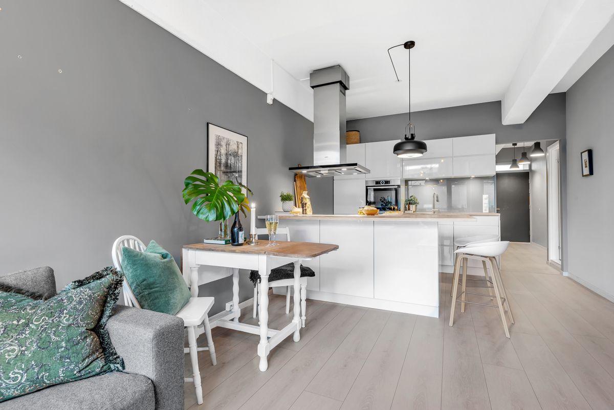 Sverres gate 5 Du har en naturlig plass til både sofagruppe, spisebord og TV med tilhørende møblement.