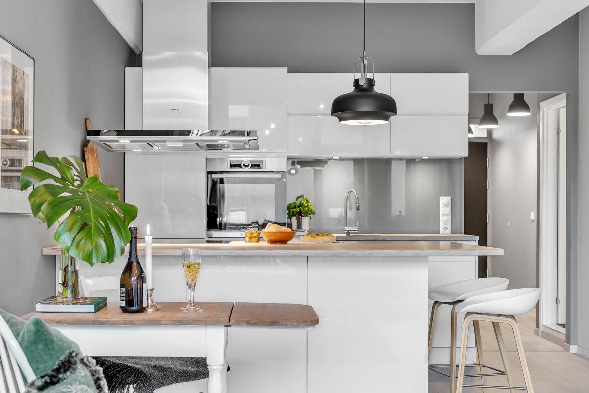 Sverres gate 5 Lekkert og moderne Kvik kjøkken med høy kvalitet som har innredning med glatte og hvite fronter, samt heltre benkeplate.