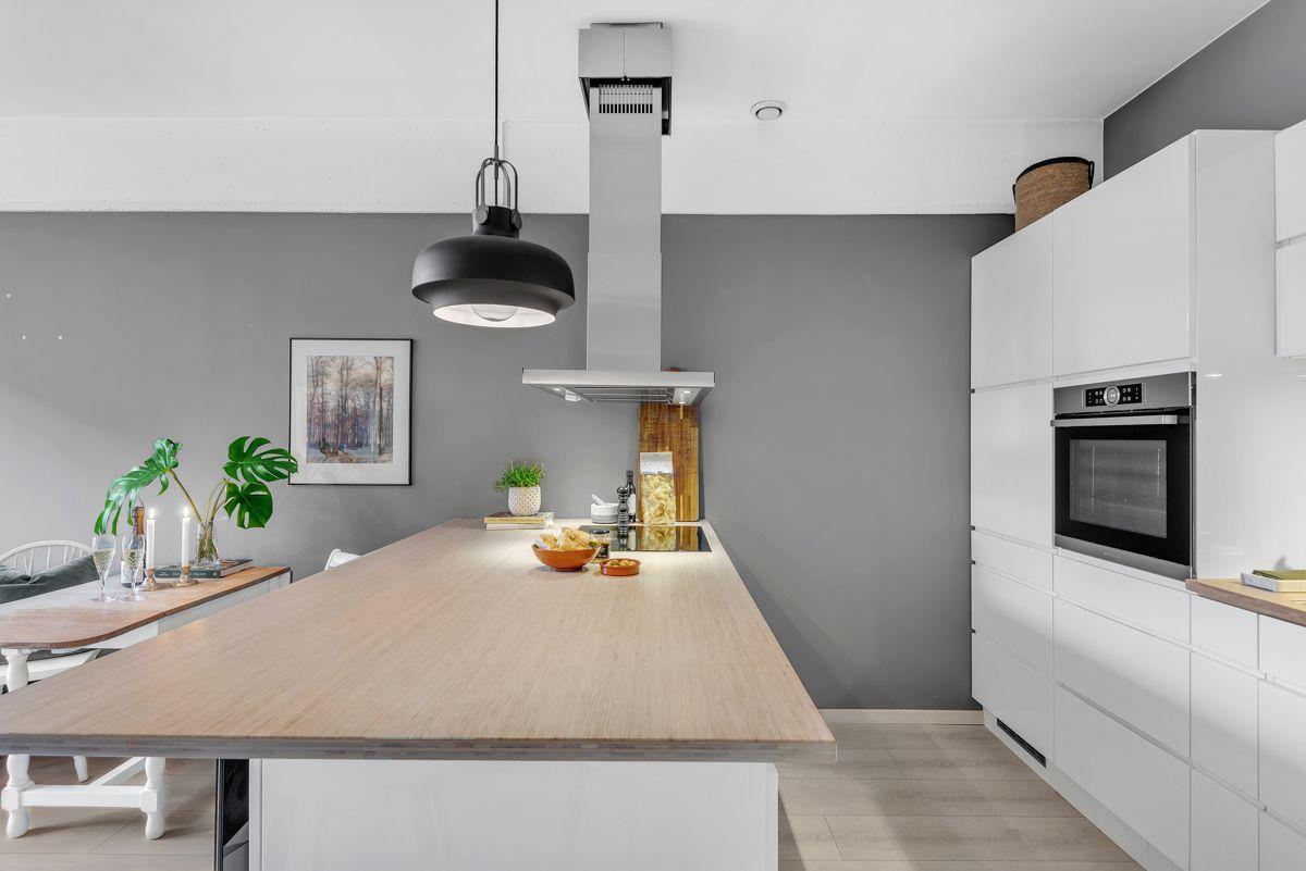 Sverres gate 5 Videre er det integrerte hvitevarer som ventilator (fra 2017), induksjons koketopp, komfyr, oppvaskmaskin og kjøleskap med fryser.