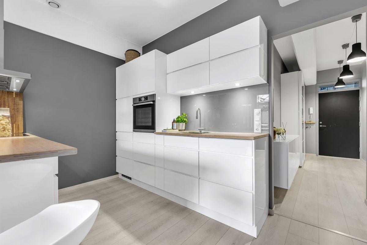 Sverres gate 5 Det er godt med skap- og benkeplass på kjøkkenet for oppbevaring og matlaging.