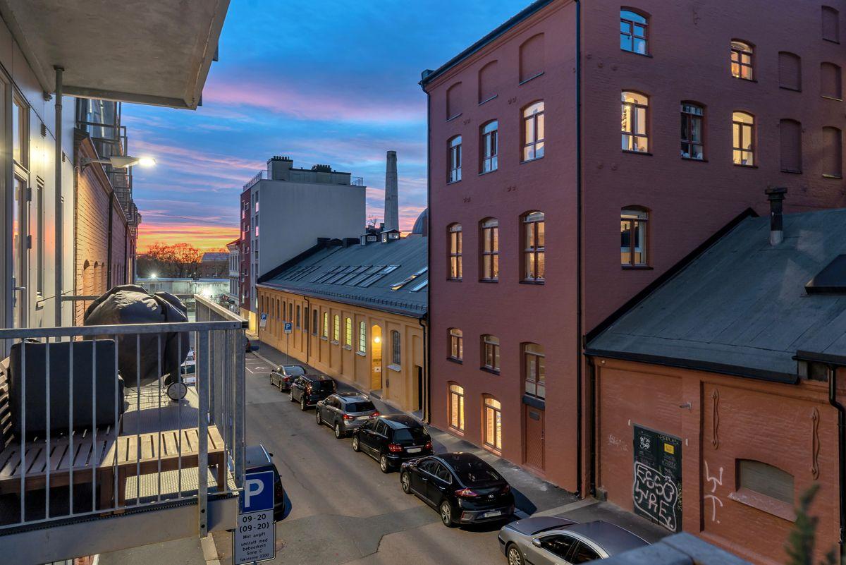 Sverres gate 5 Hyggelig utsyn over nærområdet fra balkongen.
