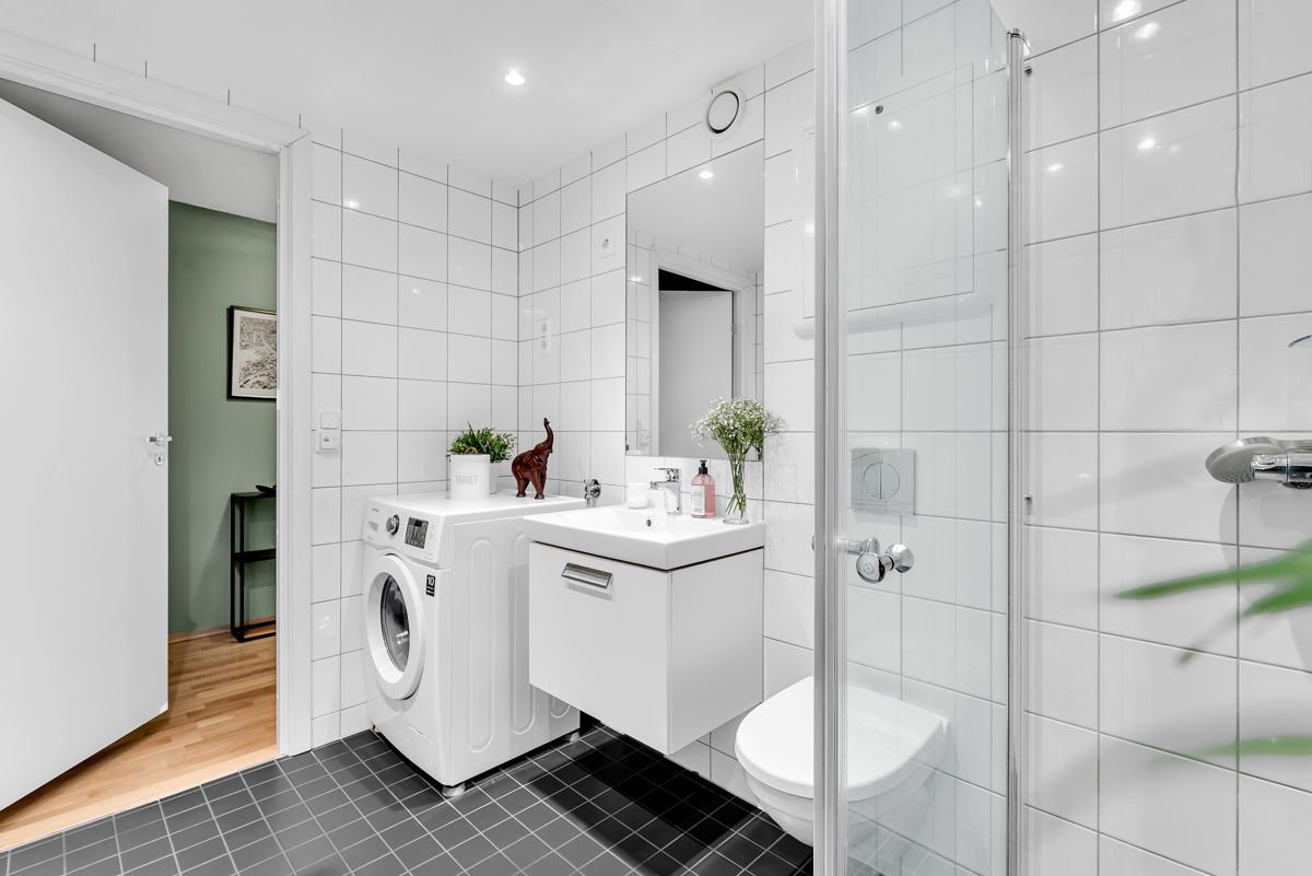 Arnljot Gellines vei 5A Videre finner du servantskap, ovenpåliggende servant, speil og opplegg for vaskemaskin.