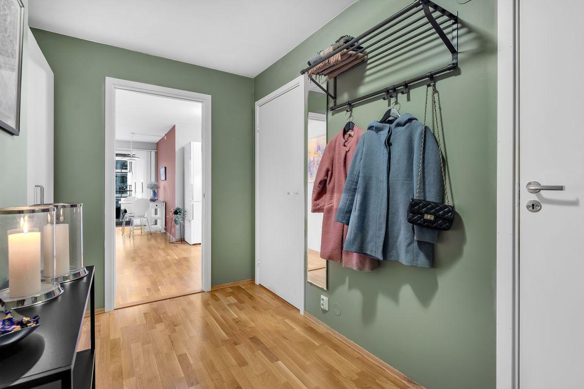 Arnljot Gellines vei 5A Når du kommer inn i boligen, er det første du møter en trivelig entré. Dette er et herlig ''første møte'' med boligen.