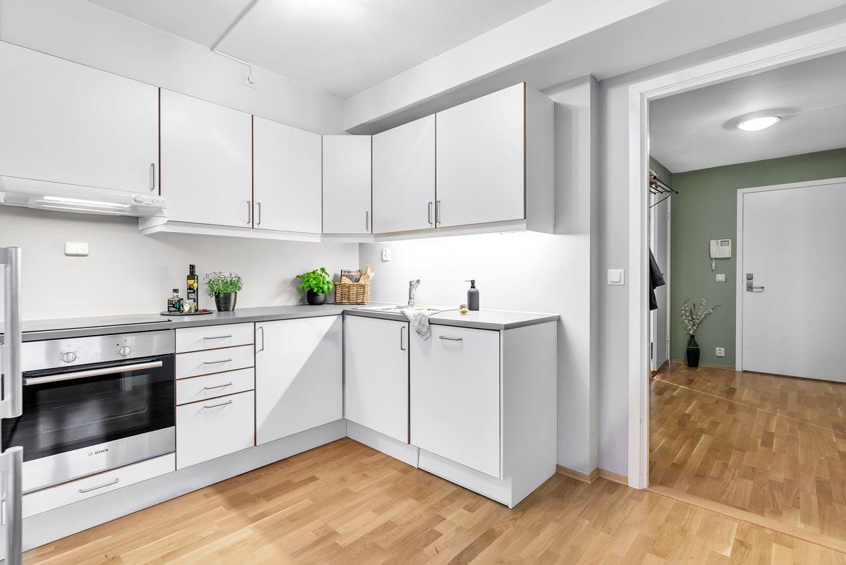 Arnljot Gellines vei 5A Videre finner du integrerte hvitevarer som komfyr og oppvaskmaskin fra Bosch, samt ventilator.
