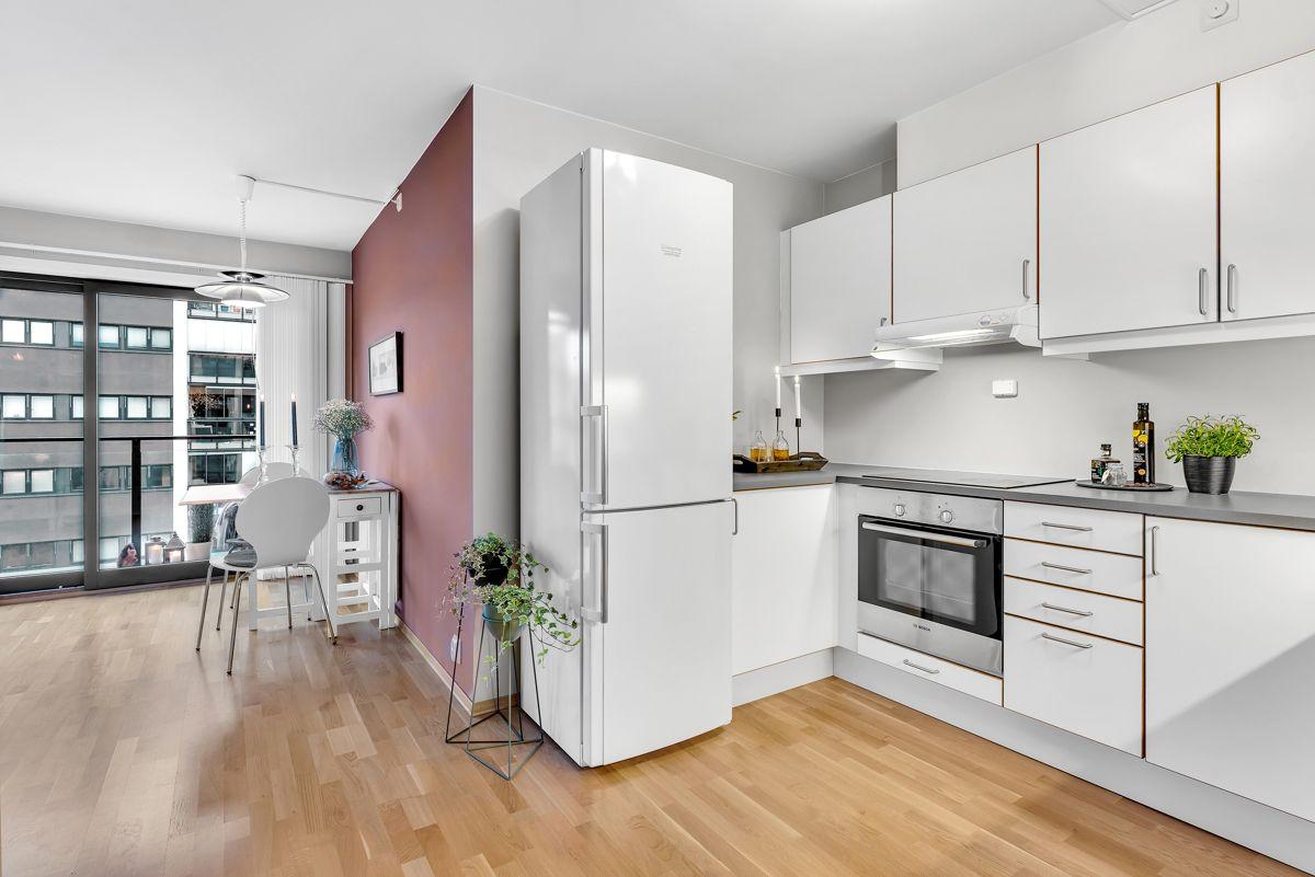Arnljot Gellines vei 5A Det er godt med skap- og benkeplass på kjøkkenet for oppbevaring og matlaging.