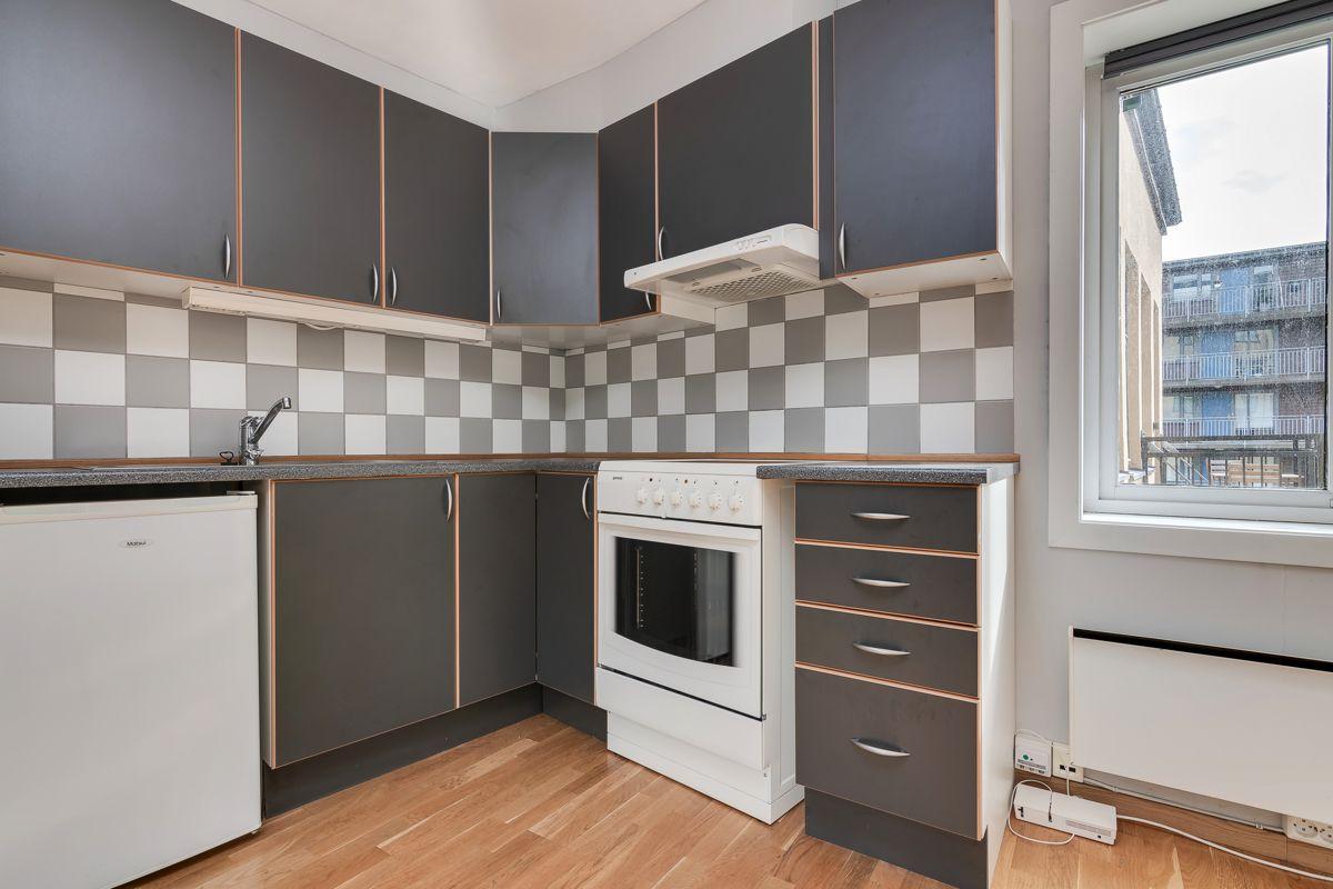 Enebakkveien 15 Du finner integrerte hvitevarer som komfyr, ventilator med belysning (fra i år), oppvaskmaskin, kjøleskap og frittstående fryseskap.