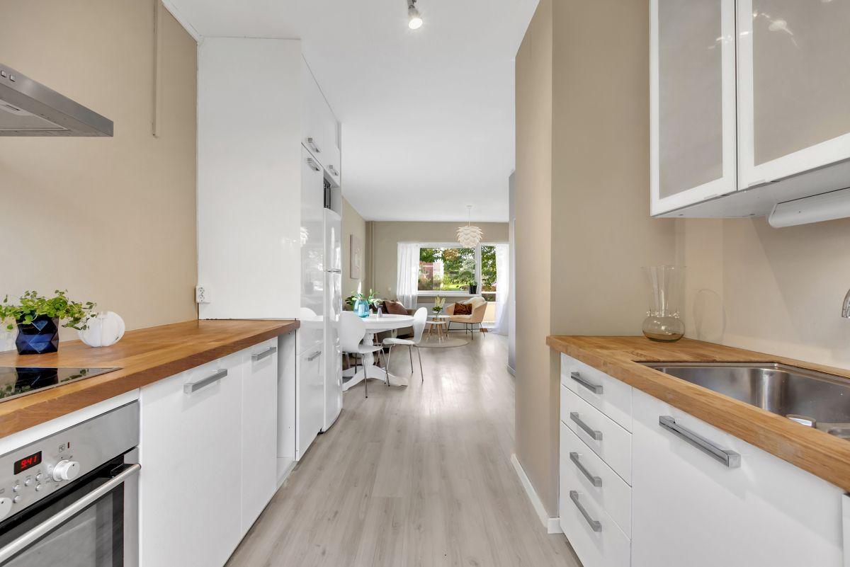 Karl Staaffs vei 51 Det er godt med skap- og benkeplass på kjøkkenet for oppbevaring og matlaging.