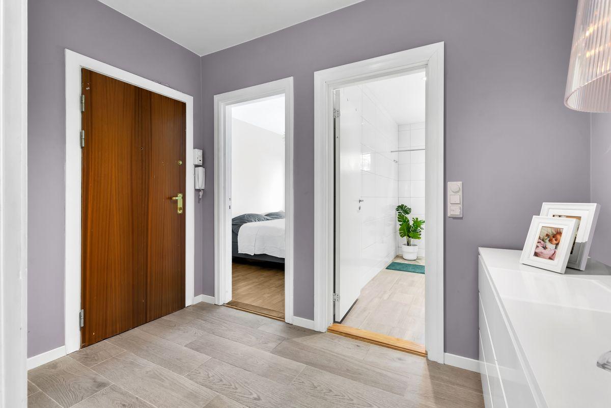 Karl Staaffs vei 51 I 2019 ble veggene malt i delikate farger og gulvet ble belagt med fliser som har varmefolie.