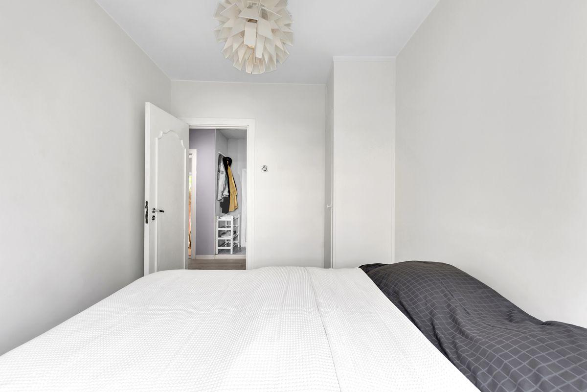 Karl Staaffs vei 51 Ettersom hovedsoverommet er svært romslig, er det god plass til dobbeltseng, nattbord og øvrig møblement.