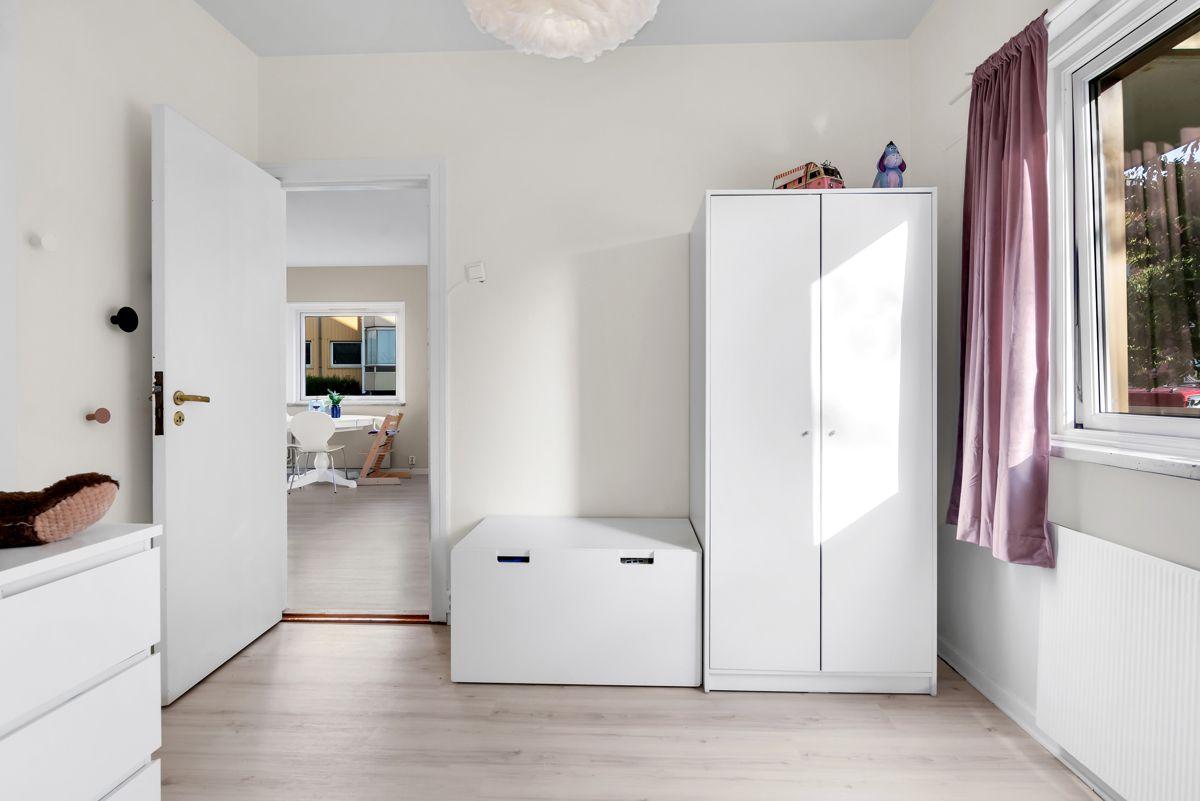 Karl Staaffs vei 51 Begge rommene har garderobeskap som sørger for gode oppbevaringsmuligheter til klær og det man måtte ønske.