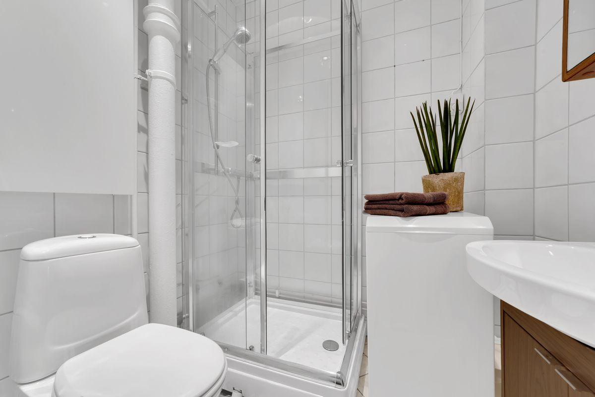Grefsenveien 21A Videre er det opplegg for en smal vaskemaskin, så her har du alt du trenger på baderommet.