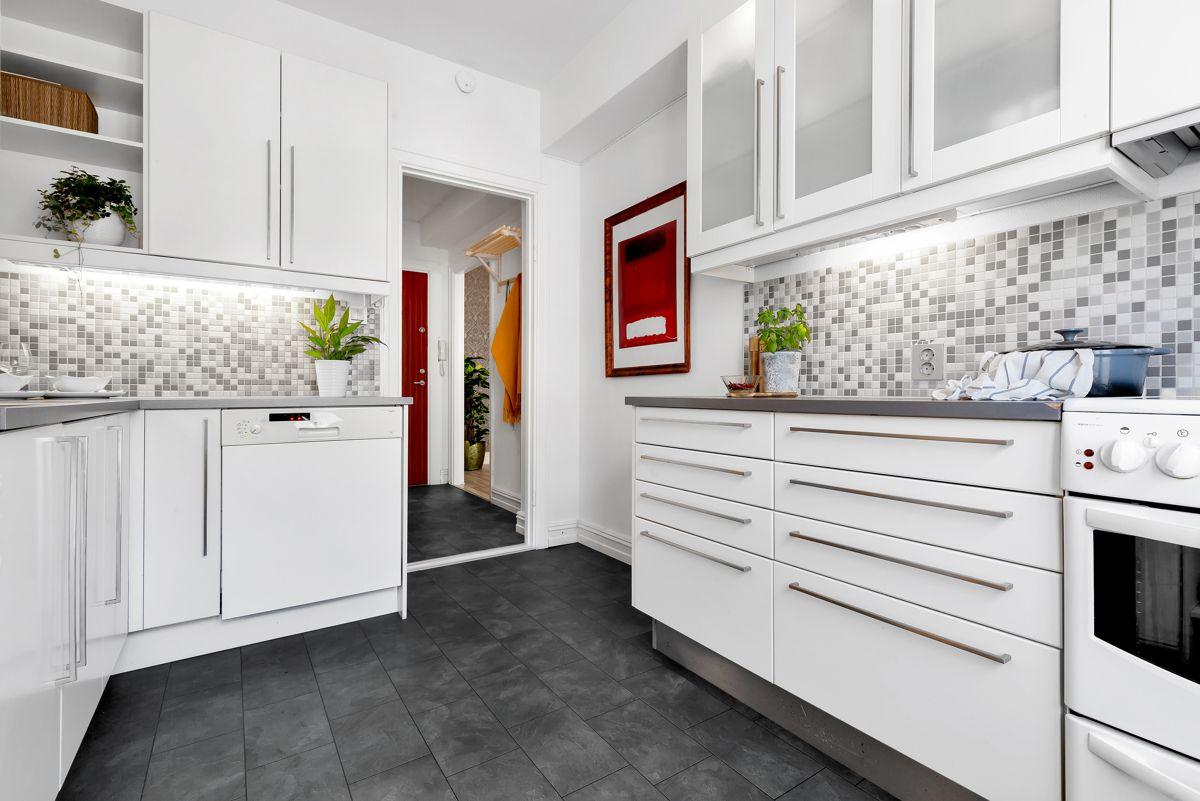 Grefsenveien 21A Det er godt med skap- og benkeplass på kjøkkenet for oppbevaring og matlaging.