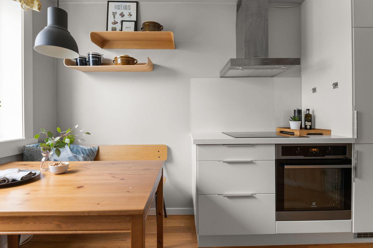 Ålesundgata 3 A Kjøkkenet er fullt utstyrt med hvitevarer som stekeovn, induksjonstopp, oppvaskmaskin og kjøleskap med frysedel. Alle hvitevarene er integrerte og medfølger i handelen.