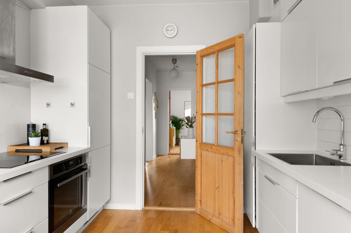Ålesundgata 3 A De fine originale dørene er godt bevart og gir leiligheten en nydelig sjarm.