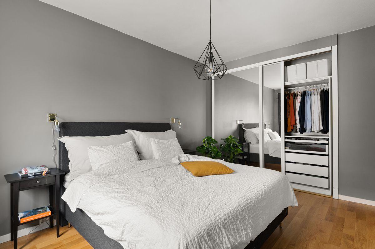 Ålesundgata 3 A På soverommet har du god plass til en stor dobbeltseng med tilhørende nattbord, samt en kontorpult eller kommoder.
