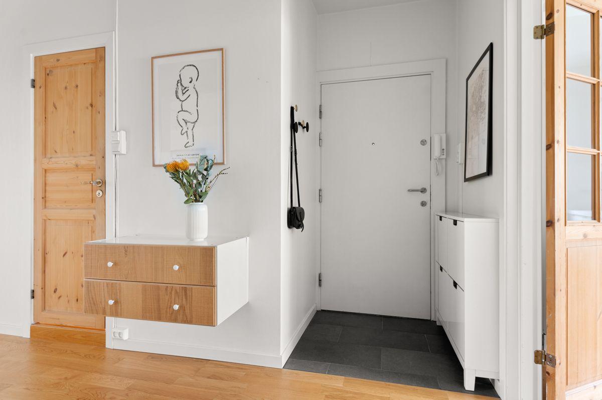 Ålesundgata 3 A Praktisk med mørke gulvfliser med opplegg for varmekabler (ikke tilkoblet). Montert porttelefon på vegg og sikringsskap med automatsikringer i felles trapperom.