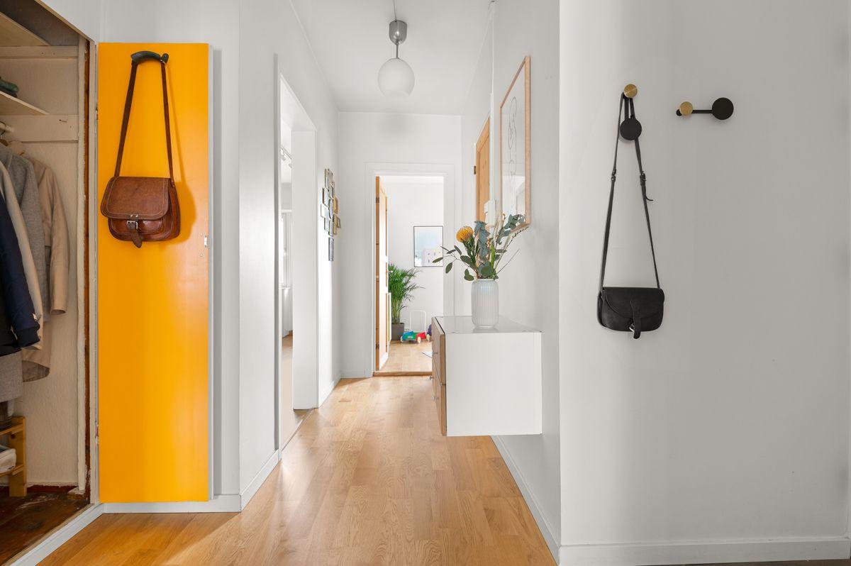 Ålesundgata 3 A Du ønskes velkommen inn i en lys, innbydende og praktisk entré av god størrelse.