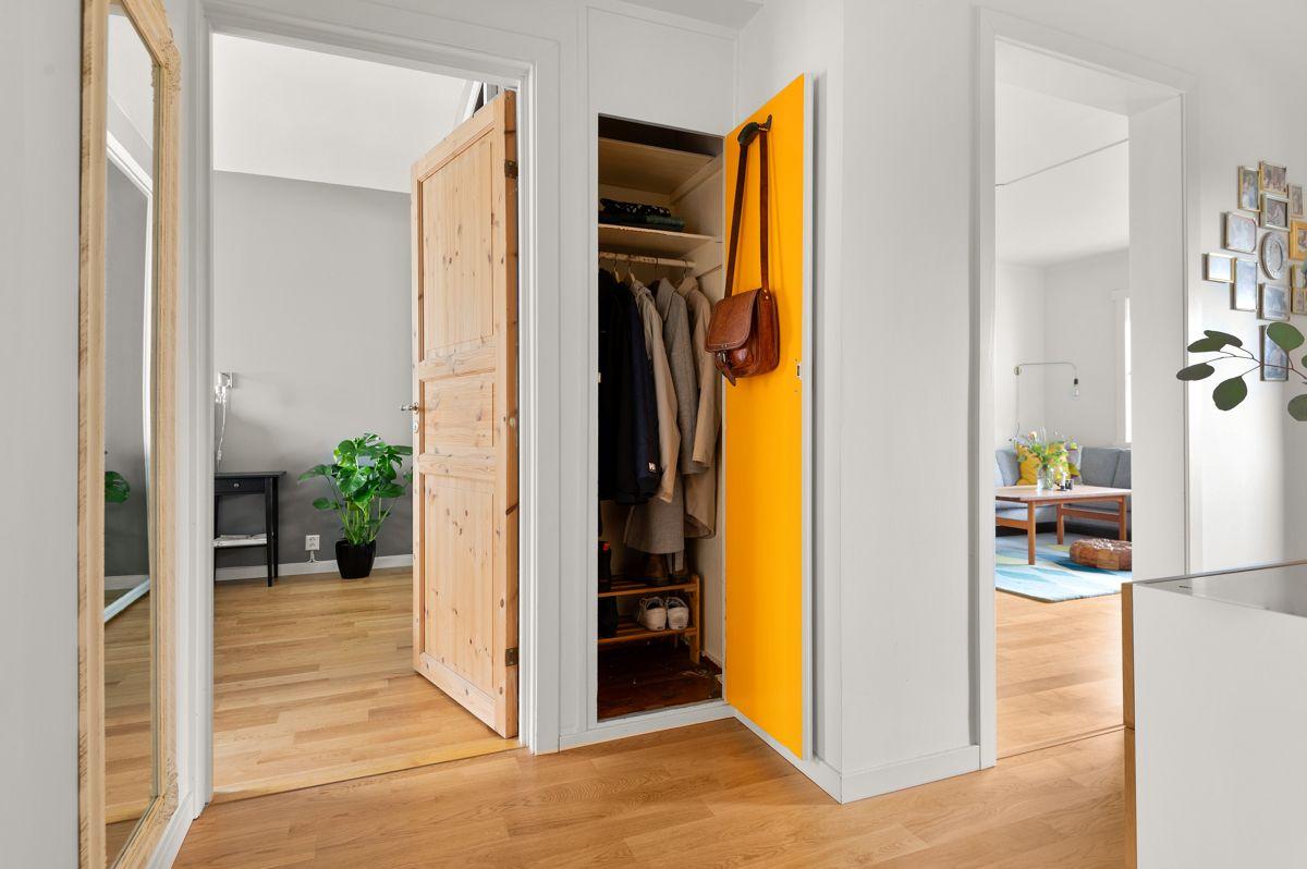 Ålesundgata 3 A I entréen har du god plass til sko og yttertøy i originalt romslig skap, skoskap og vegghengt skap.