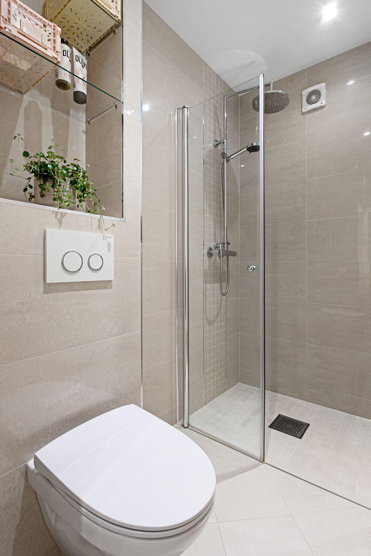 Erika Nissens gate 7 Baderommet er også utstyrt med vegghengt toalett med plassbygget hylle over. Ytterligere gode oppbevaringsmuligheter i vegghengt høyskap som var nytt i august 2020.