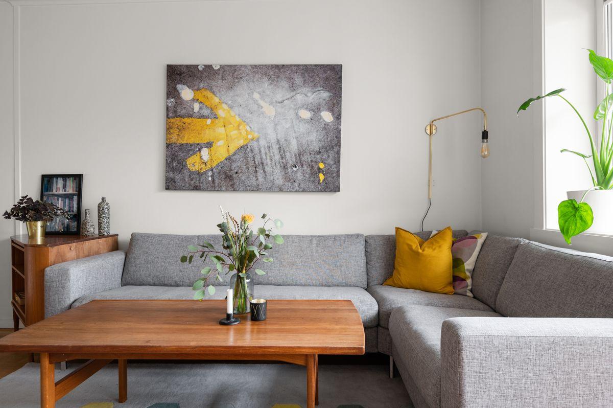 Ålesundgata 3 A Stuen er romslig med god plass til både sofagruppe med salongbord, mediemøblement og et spisebord. Både kabel-TV og bredbånd fra Telenor og varmtvann er inkludert i felleskostnadene.