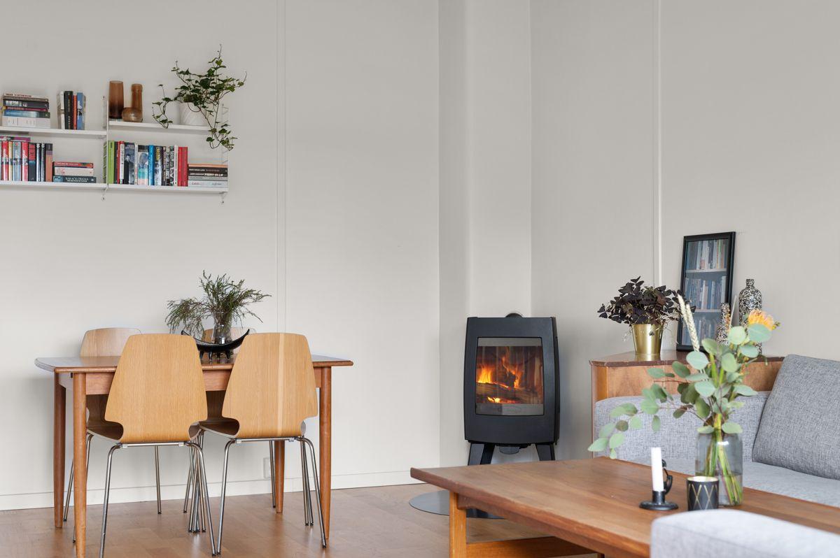 Ålesundgata 3 A I hjørnet av stuen har du en moderne vedovn med glassdør som varmer godt på kalde høst- og vinterdager, samt bidrar til hygge. Pipeløpet ble rehabilitert i regi av borettslaget i 2013.